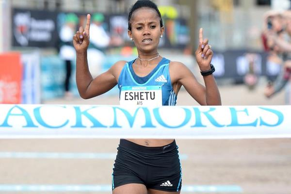Biruktayit Eshetu wins the Sydney Marathon (Delly Carr)