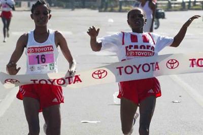 Ahaza Kiros (right) is edged by Genet Getaneh at the 2005 Great Ethiopian Run (Jiro Mochizuki (Agence Shot))