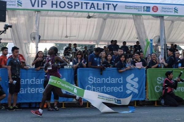 Doris Changeywo winning the 2015 Singapore Marathon (Organisers)