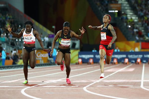 Michelle-Lee Ahye (l) wins Commonwealth 100m gold (Getty Images)