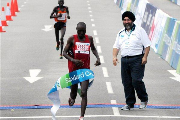 Charles Mwai Kanyao prevails in Singapore (Standard Chartered Marathon Singapore 2011)
