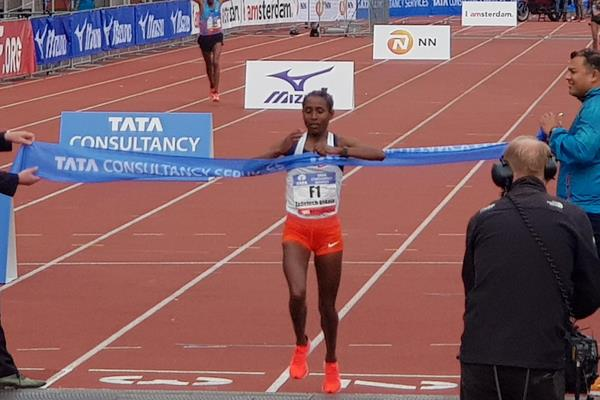 Tadelech Bekele successfully defending her Amsterdam Marathon title (Eric Roeske)