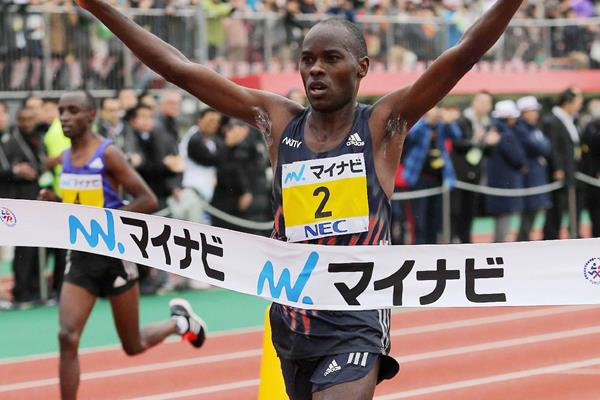 Patrick Makau wins the Fukuoka Marathon (Getty Images / AFP)