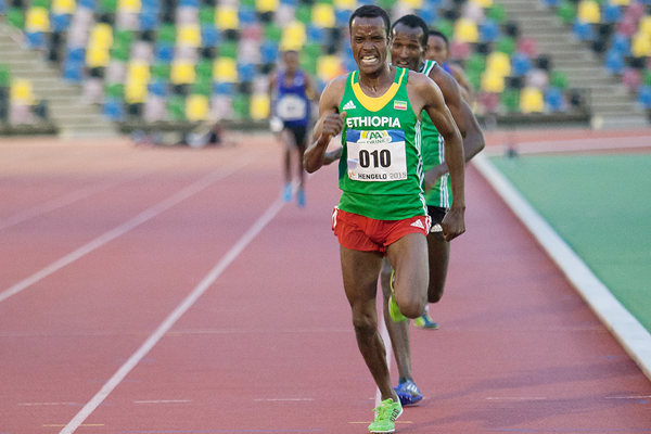 Muktar Edris on his way to winning the 10,000m in Hengelo (Coen Schilderman)