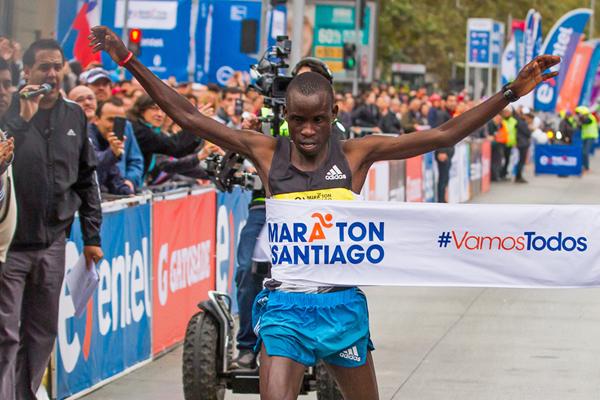 Luka Lobuwan wins the Santiago Marathon (Oscar Munoz Badilla)