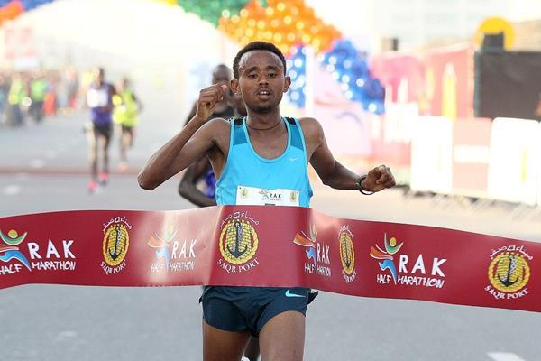 Mosinet Geremew winning at the 2015 RAK Half Marathon (organisers / Victah Sailer)