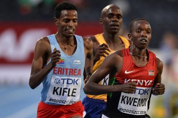 Rodgers Chumo Kwemoi of Kenya leads the men's 10,000m final ahead of Eritrea's Aron Kifle and Uganda's Jacob Kiplimo at the IAAF World U20 Championships Bydgoszcz 2016  (Getty Images)