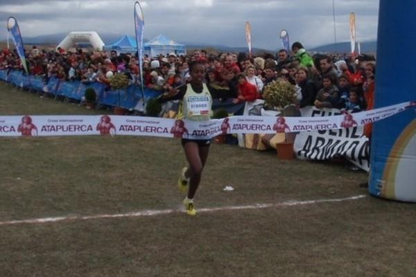 Genzebe Dibaba breaking the tape in Atapuerca (Diputación de Burgos)