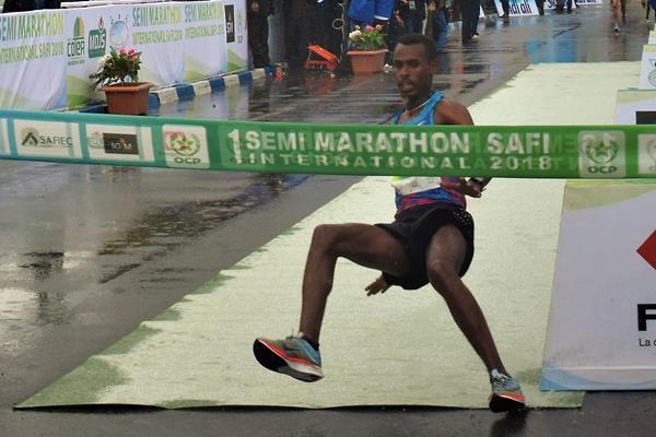 Getaneh Molla winning the Safi Half Marathon (Ekaterina Moysov)