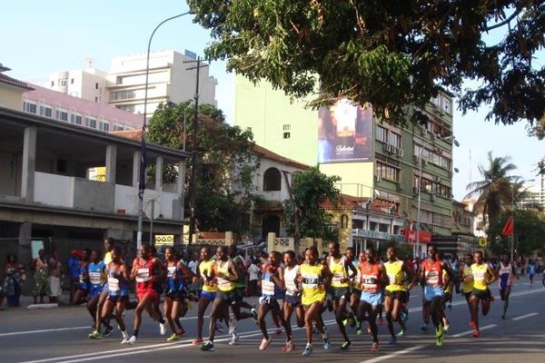 The early stages of the men's race at the 2013 Sao Silvestre International 10km race in Luanda (Norrie Williamson)