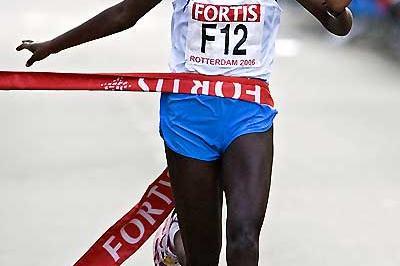 Mindaye Gishu of Ethiopia wins the 2006 Fortis Rotterdam Marathon (loc)