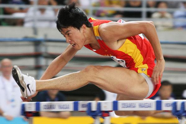 Liu Xiang en route to his first world title (Getty Images)