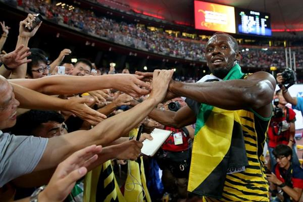 Fans surround Usain Bolt after he wins the 100m at the IAAF World Championships, Beijing 2015 (Getty Images)