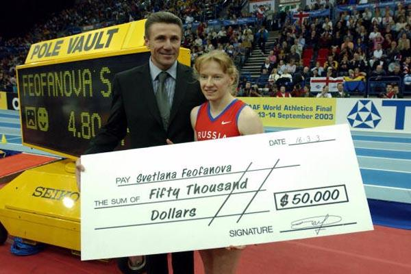 Sergey Bubka presents Svetlana Feofanova with a 50,000 US dollars cheque (Getty Images)