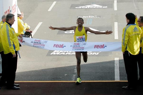 Haile Gebrselassie breaks the marathon world record at the 2008 Berlin Marathon (Getty Images)