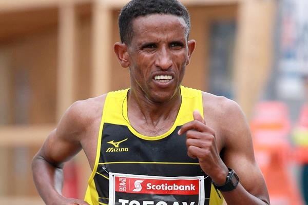 Yemane Tsegay in the 2014 Ottawa Marathon (organisers / Victah Sailor)