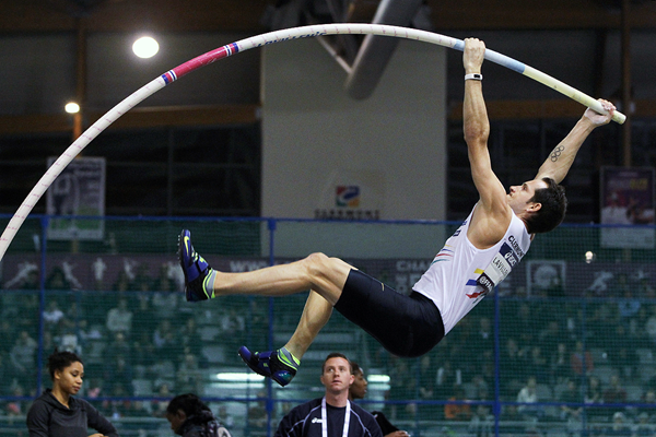 Renaud Lavillenie on his way to winning the French indoor title (Jean-Pierre Durand)