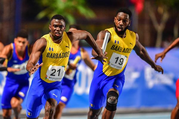 Steve Ellis hands off to Barbados anchor Jaquone Hoyte in the 4x100m relay at the CAC Games in Baranquilla (AFP/Getty Images)