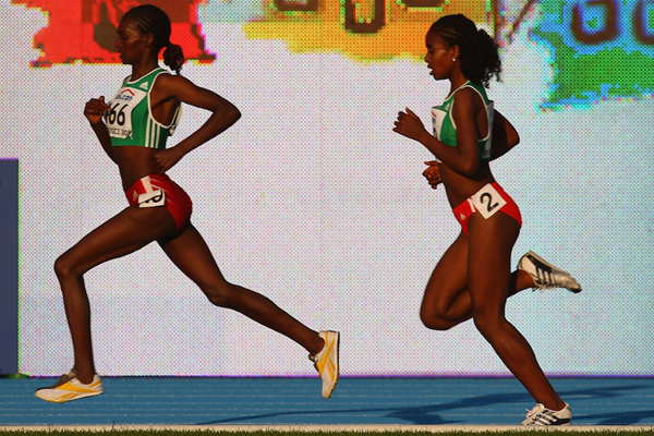 Sule Utura leads Genzebe Dibaba at the IAAF World Junior Championships Bydgoszcz 2008 (Getty Images)
