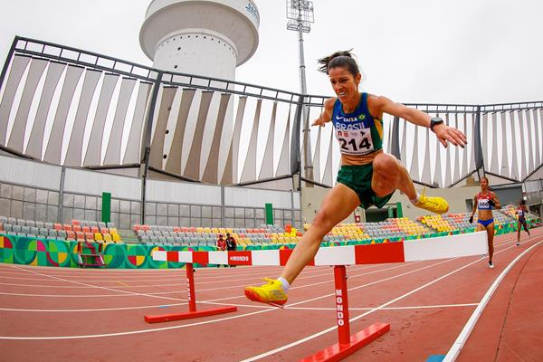 Tatiane da Silva on her way to winning the steeplechase at the South American Championships in Lima (Oscar Muñoz Badilla)