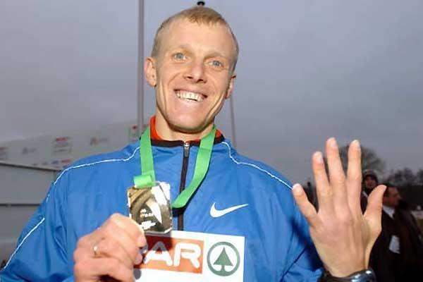 Sergiy Lebid signals his fifth championship win - 2004 Euro XC (Hasse Sjögren)
