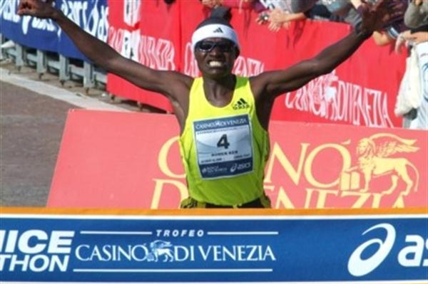John Komen takes 2009 Venice Marathon victory (Lorenzo Sampaolo)