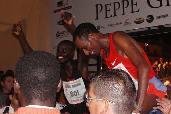 Edwin Soi (l) celebrates his third consecutive victory at the Peppe Greco 10Km (Alberto Zorzi)