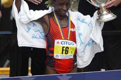 Margaret Okayo (KEN), celebrates after winning the 2002 Boston Marathon (Getty Images)