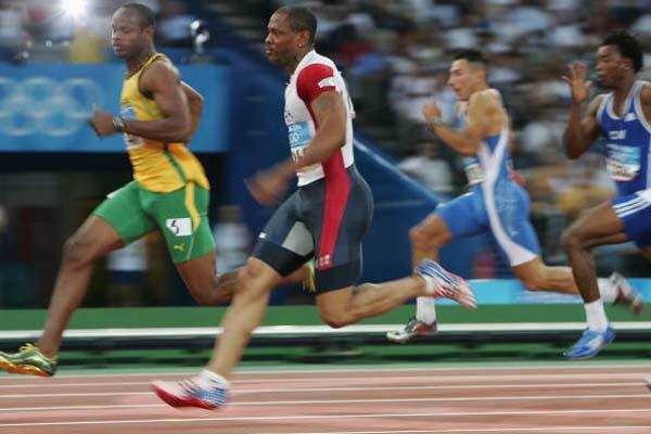 Maurice Greene and Asafa Powell playing mind games in the 100m quarter finals (Getty Images)