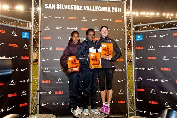 Women's Madrid 10K podium: winner Tirunesh Dibaba (centre), runner-up Gelete Burka (left), and Susan Partridge (right), who was third (San Silvestre Vallecana organisers)