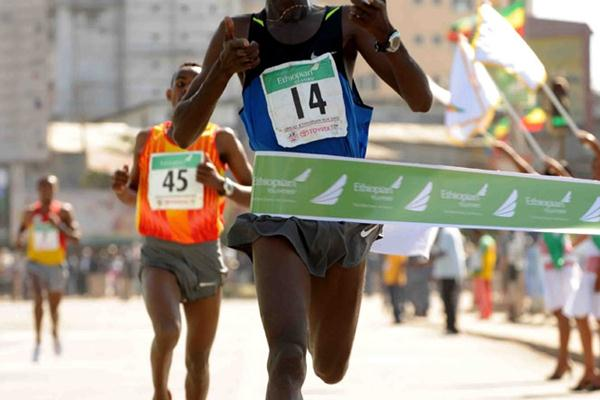 Tilahun Regassa wins the Great Ethiopian Run in Addis Ababa (Jiro Mochizuki)