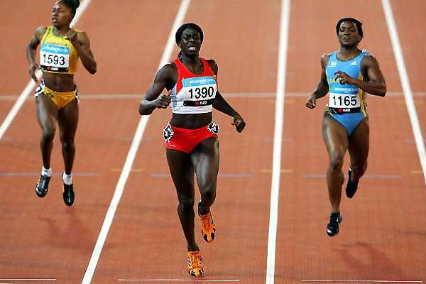 Christine Ohuruogu of England (c) beats Tonique Williams of Bahamas (r) - Melbourne (Getty Images)