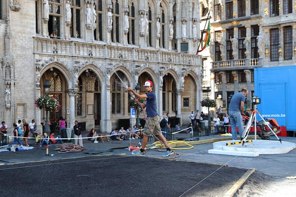 Preparations for the women's shot put in Brussels' Grand Place (Giancarlo Colombo)