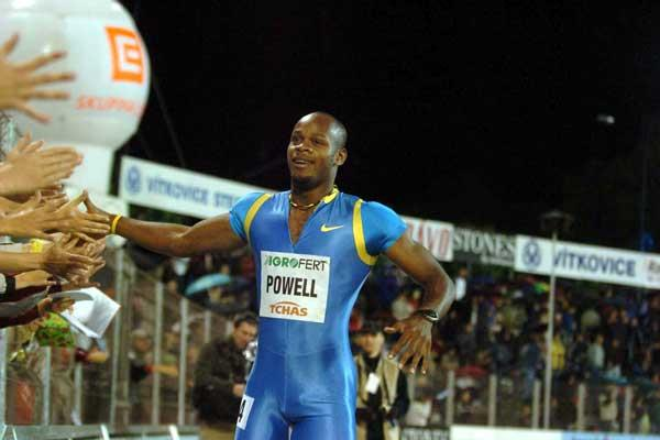 Asafa Powell greets the fans after his 9.85 win in Ostrava (Hasse Sjögren)