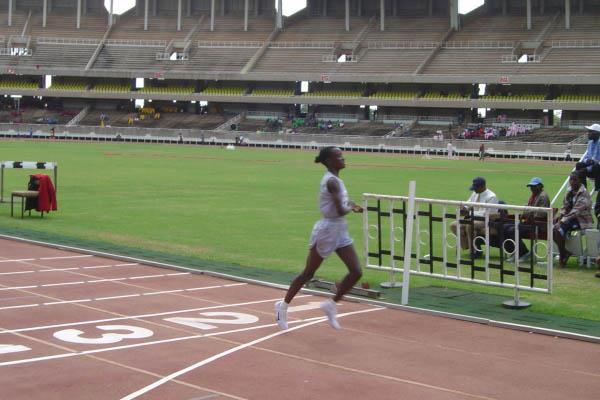Isabella Ochichi winning the women's 5000 at the 2006 Kenya Police Championships (Omulo Okoth)