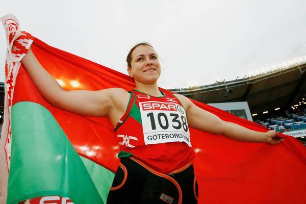 Natallia Khoroneko celebrating shot put gold - Gothenburg 2006 (Getty Images)