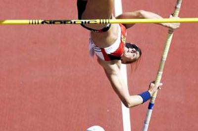 Shuying Gao pole vaulting in Edmonton (Getty Images)