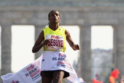 Atsede Besuye wins the 2009 Berlin Marathon (Getty Images)