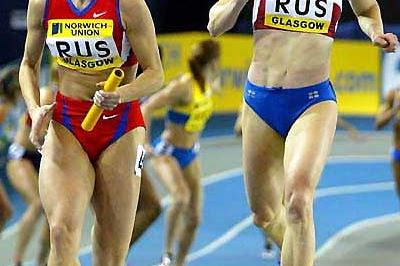 World  indoor 4 x 200m record - Gushchina (on left) takes over on final leg from Pechonkina (on right) (Mark Shearman)