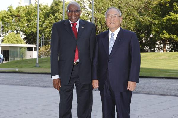 IAAF President Lamine Diack with Canon Inc. Chairman & CEO Fujio Mitarai (Dentsu)