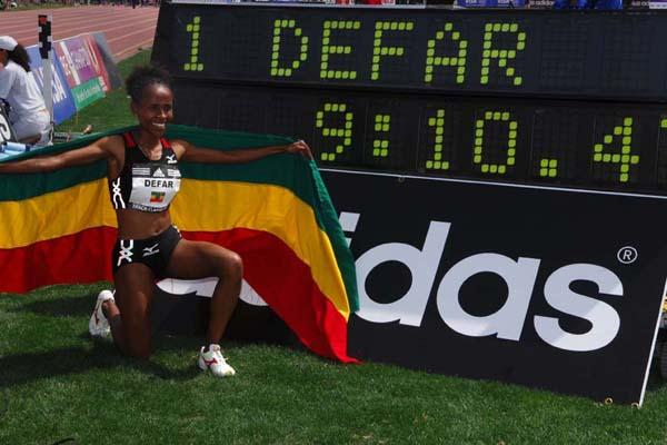 Meseret Defar celebrates setting a new 2Mile World best in Carson (Kirby Lee)