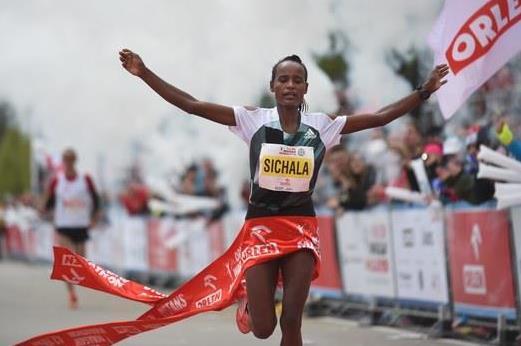 Kumesci Sichala wins at the 2016 Orlen Warsaw Marathon (2016 Orlen Warsaw Marathon)