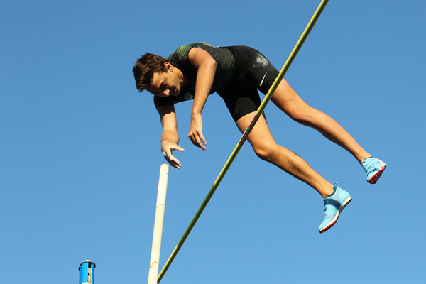 Armand Duplantis in the pole vault in Montreuil (Jean-Pierre Durand)