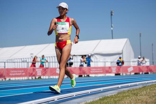 Ricuo Xi en route to her commanding 5000m race walk victory at the Youth Olympic Games (Gabriel Heusi for OIS/IOC)