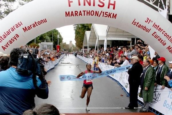 Bizunesh Urgesa of Ethiopia takes the tape at the Intercontinental Istanbul Marathon (H. Emre Durmus)