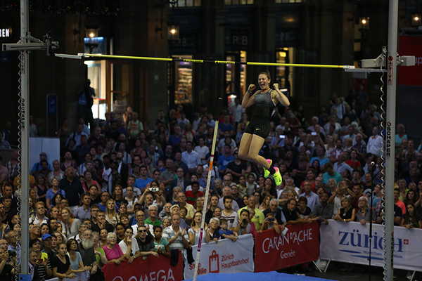 Holly Bradshaw wins the pole vault at Zurich Main Station on the eve of the IAAF Diamond League meeting in Zurich (Jean-Pierre Durand)