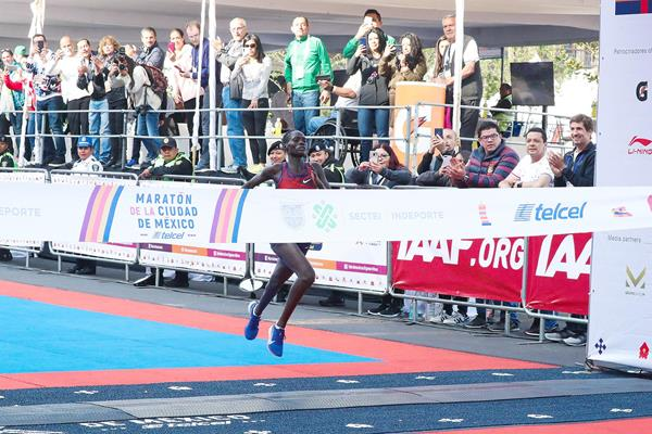 Vivian Kiplagat wins the Mexico City Marathon (Victah Sailer)
