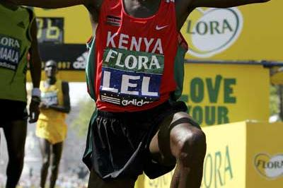 Martin Lel, triumphant at the Flora London Marathon (Getty Images)