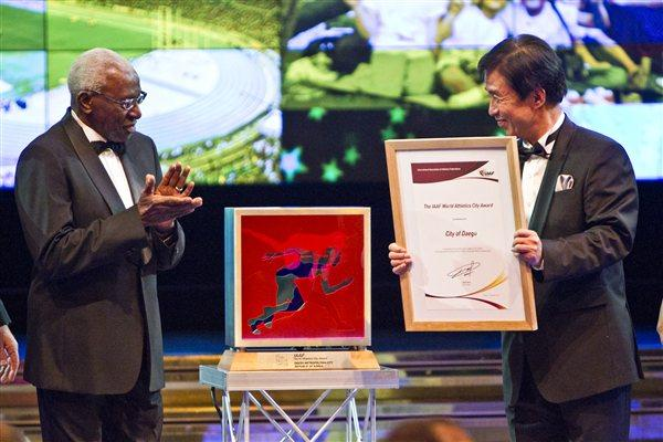 IAAF President Lamine Diack presenting Daegu Mayor Kim Bum-il with the World Athletics City Award at the 2011 IAF World Athletics Gala in Monaco (Philippe Fitte)