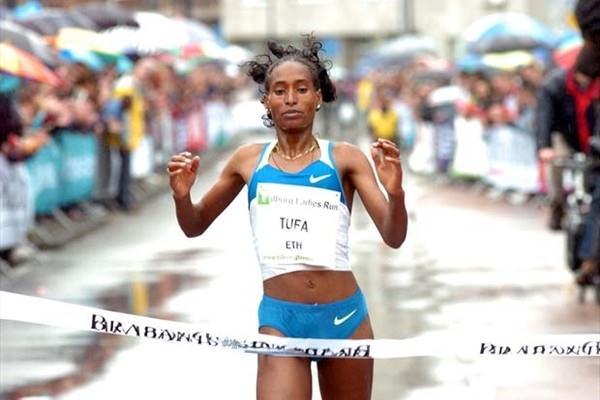 Ethiopia's Mestawat Tufa crosses the finish line in first place (TTM / Pix4Profs)